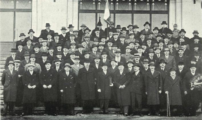 Un groupe d'Anciens des 171me et 371me R.I. ayant assisté à la Réunion Générale à Belfort en 1937.