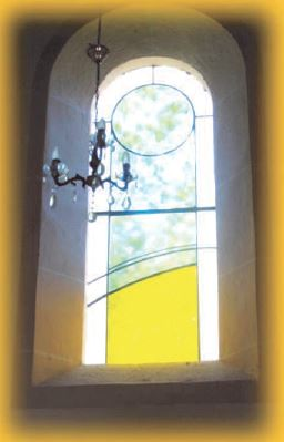 Gigny 2016 Vitrail de Philippe Tatre placé dans l'église de Genod